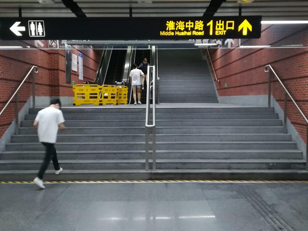 上海地下鉄で日中にエスカレーター点検をしている様子の写真