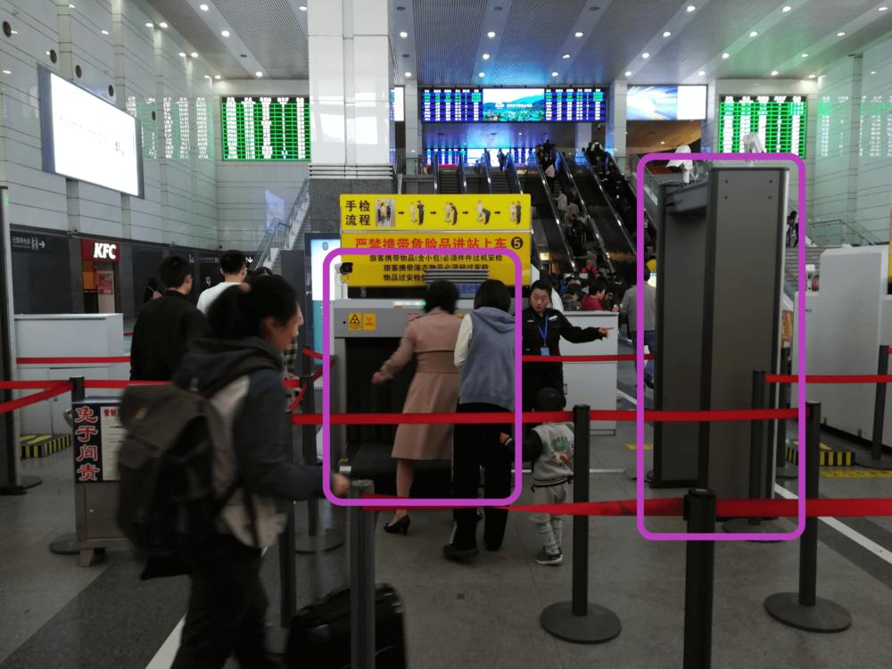上海駅高速鉄道の手荷物検査の様子を撮影した写真