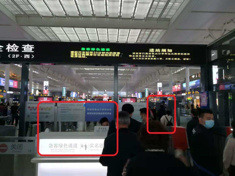 カウンターのところでパスポートを見せて身分証明をして、セキュリティーチェックをしているときの様子の写真