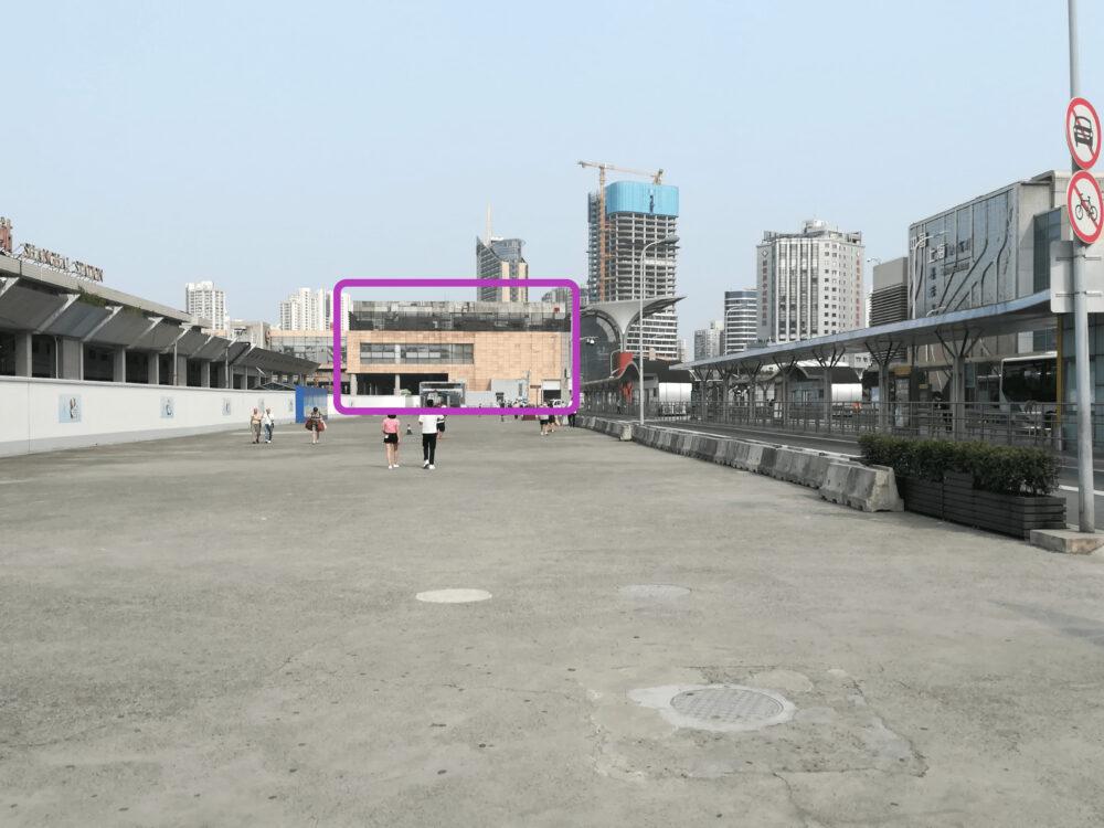 北広場の铁路上海站售票处(切符売り場)の外観を撮影した写真
