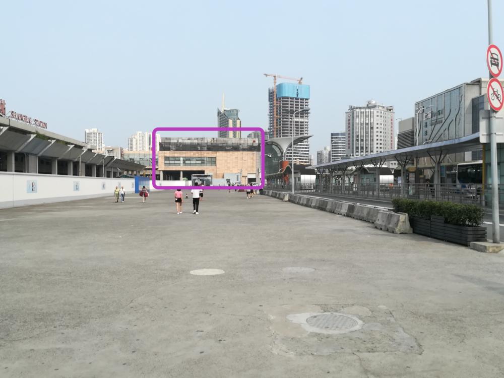 北広場の铁路上海站售票处(チケット売り場)の外観を撮影した写真