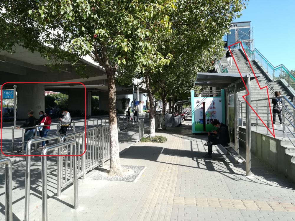 1068番のバス停の様子の写真