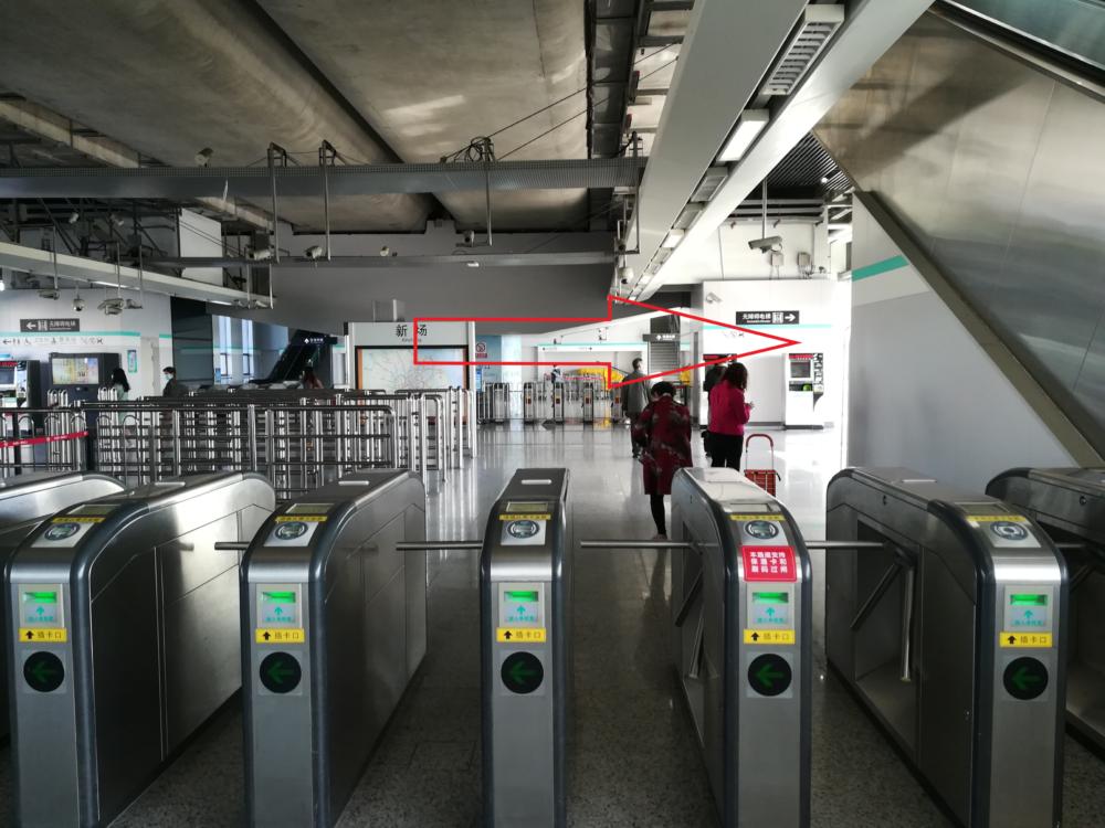 新場駅の改札口の様子の写真