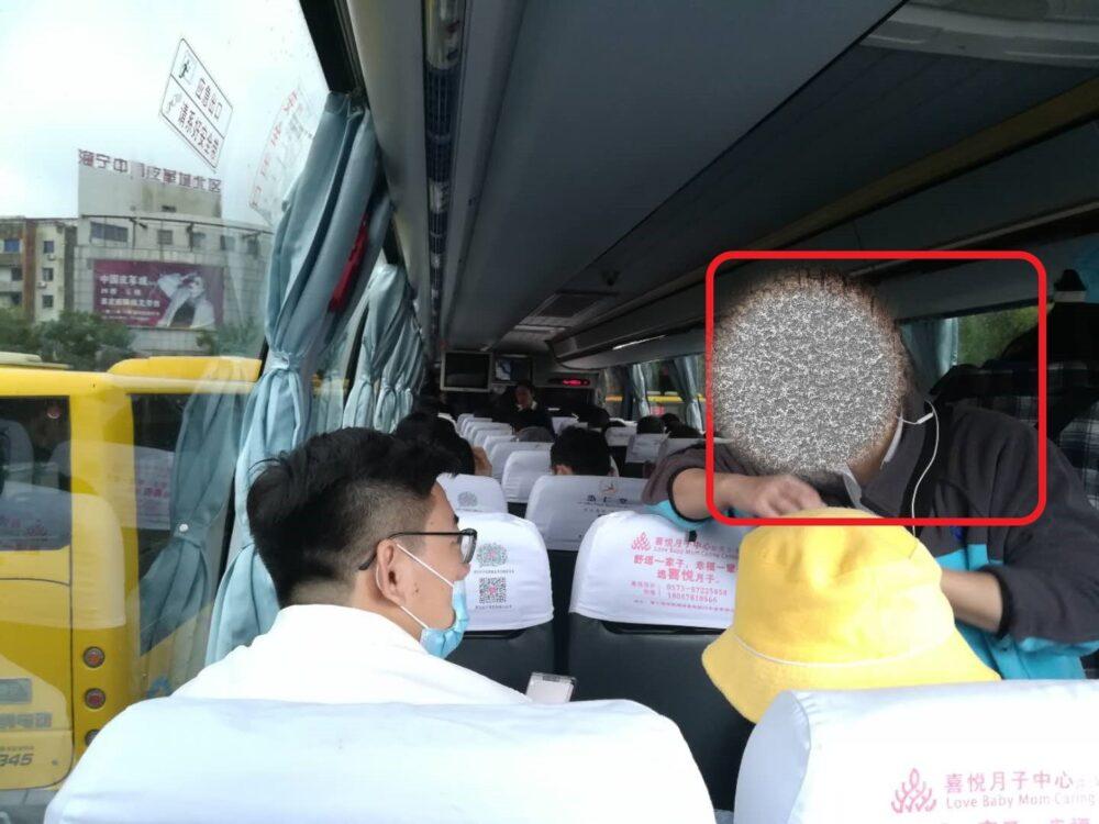 シャトルバス料金10元を回収している様子の写真