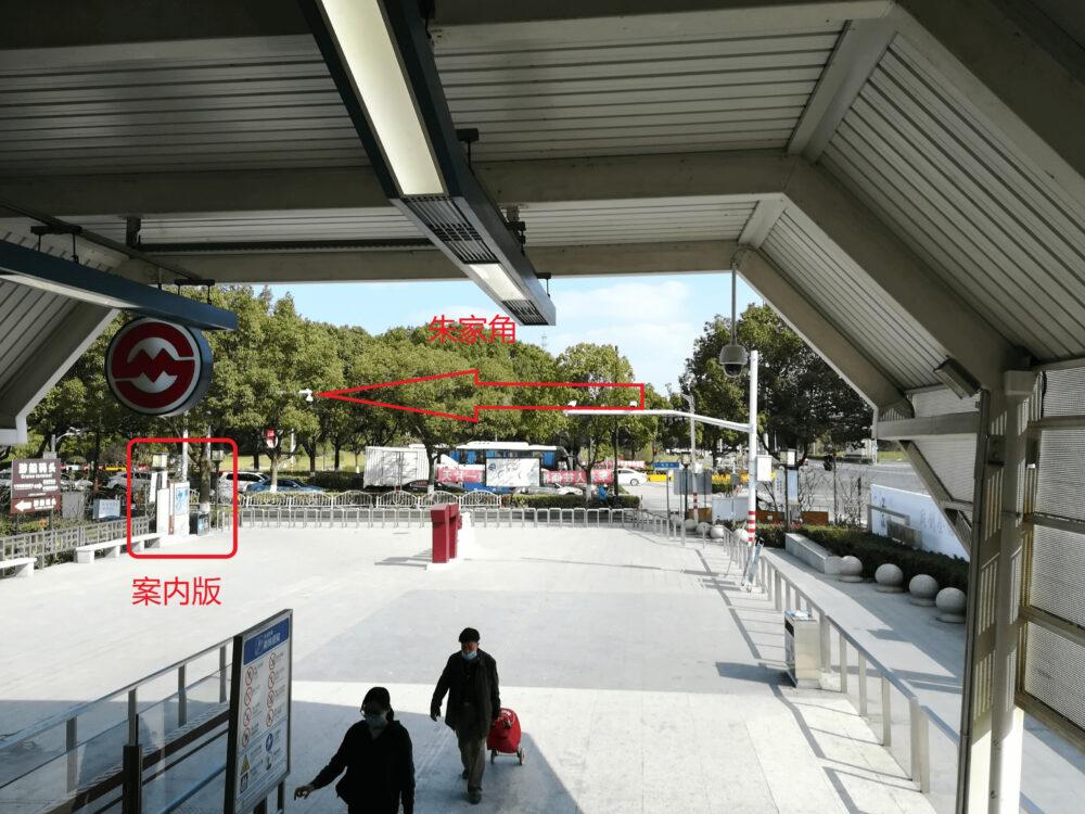 朱家角駅の1番出口の様子の写真