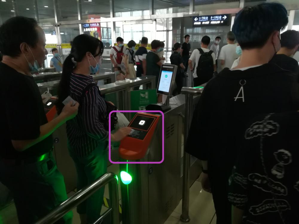 上海駅高速鉄道の中国人専用自動改札口の様子を撮影した写真