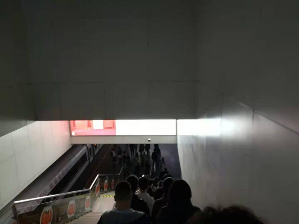 新幹線のホームに向かっているときの様子の写真