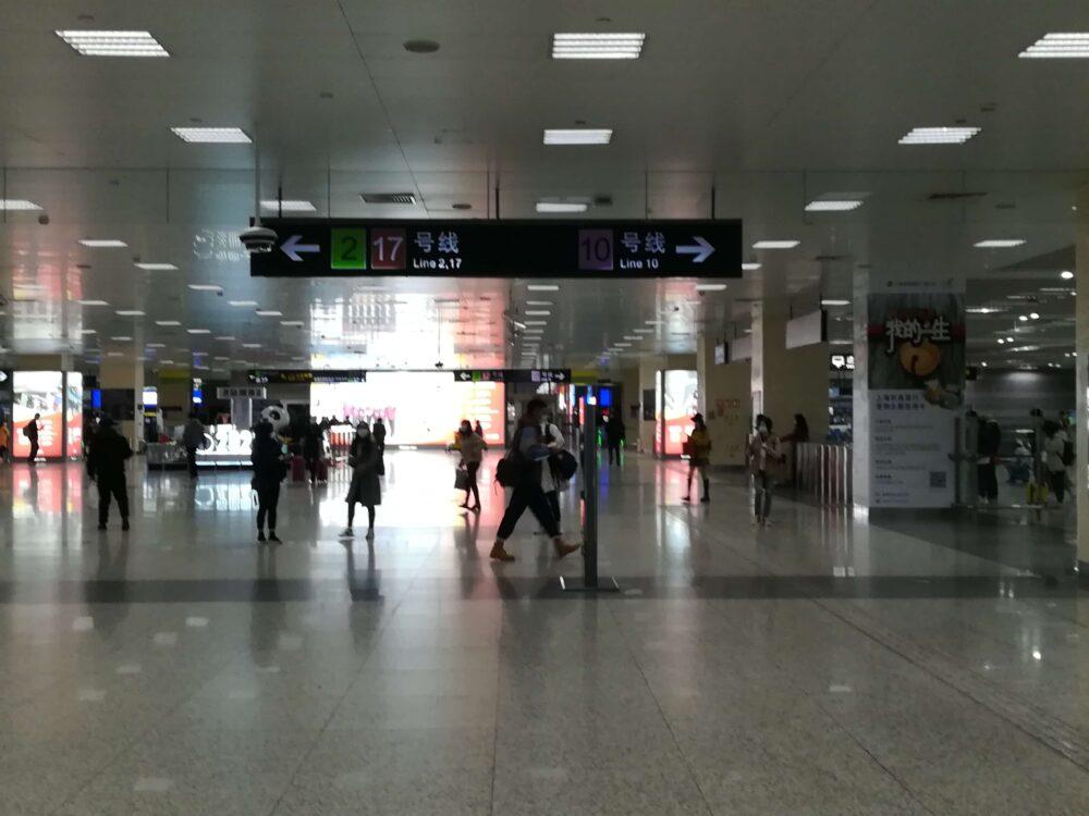 虹橋駅から10号線を利用して虹橋国際空港に向かっている様子の写真
