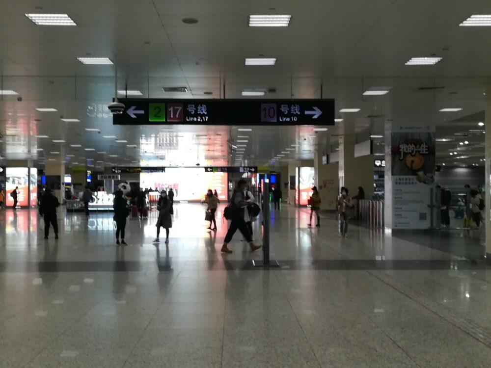 上海地下鉄虹橋駅の構内の様子の写真