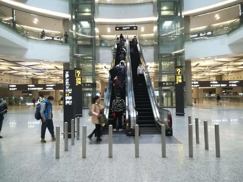 虹橋駅でバス乗り場に向かっている様子の写真④
