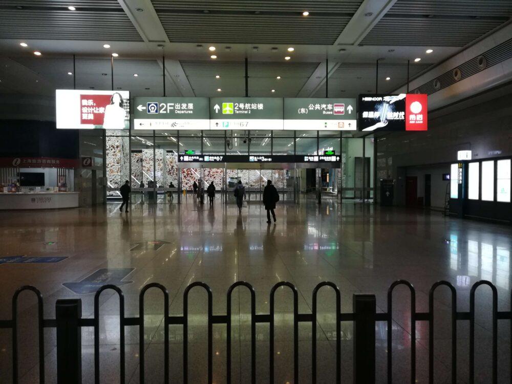 虹橋駅でバス乗り場に向かっている様子の写真②