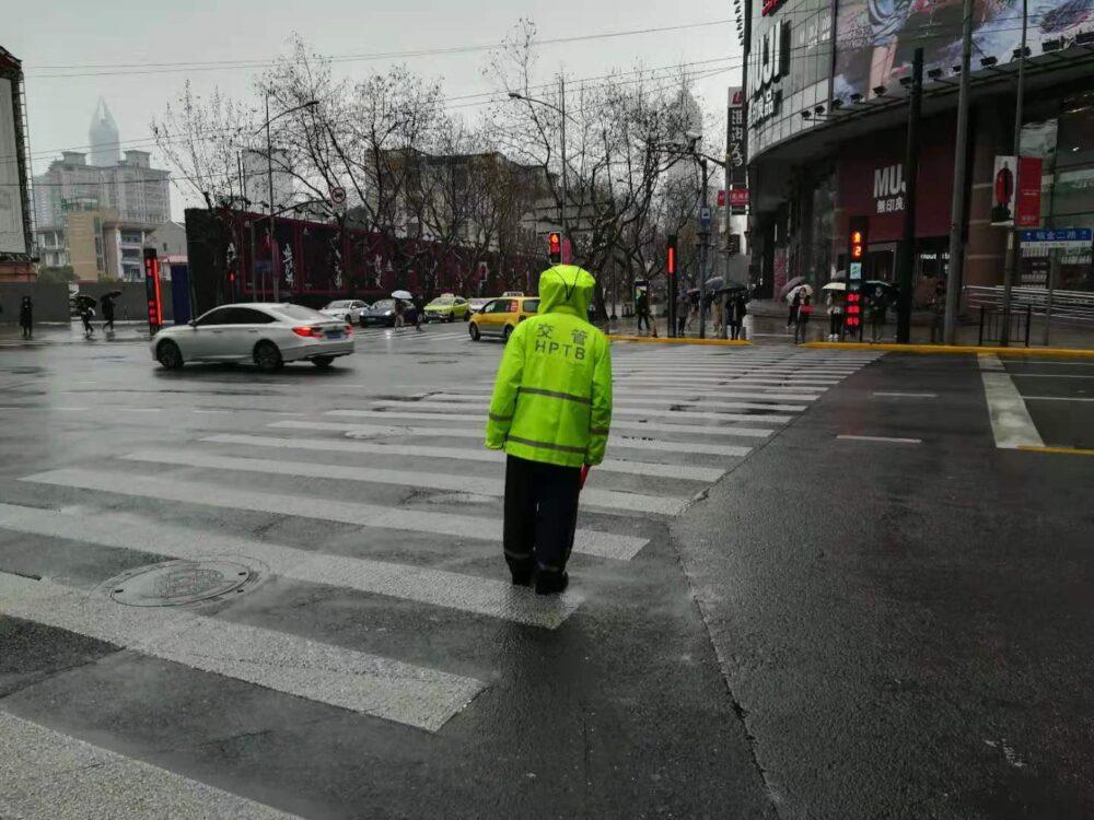 上海市内の交通警察の様子の写真