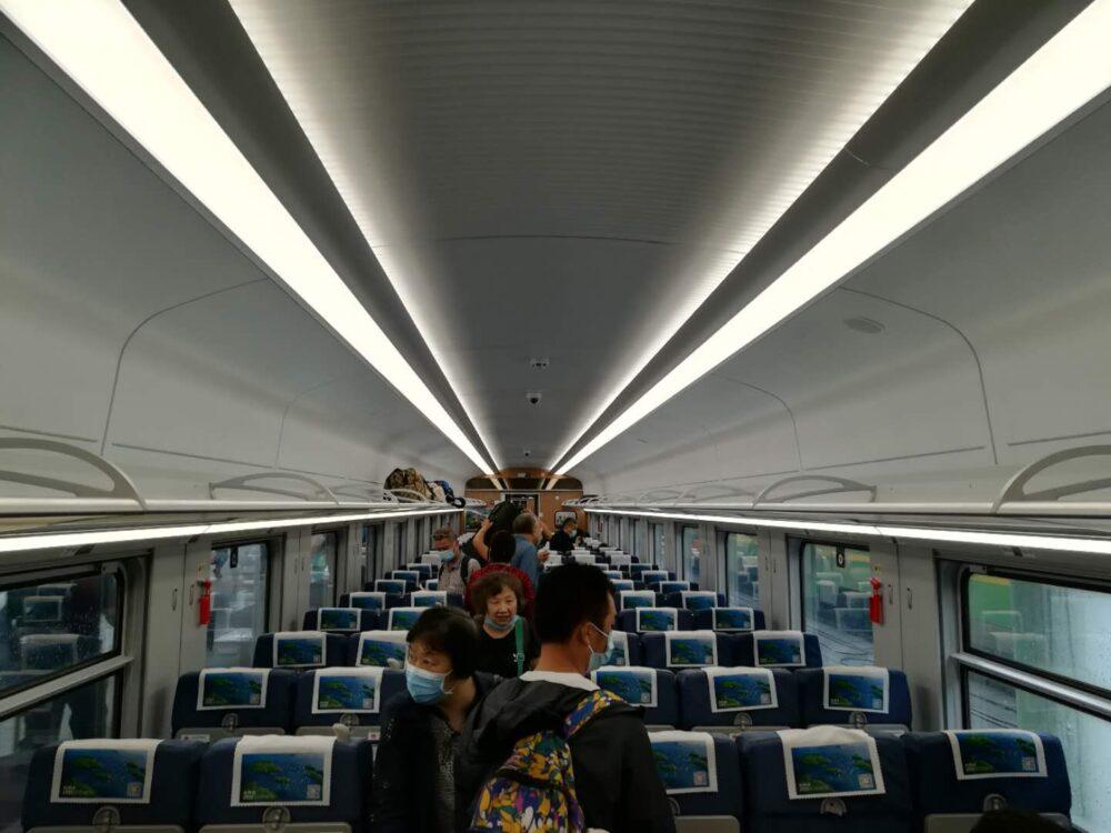 高速鉄道の車内の様子の写真