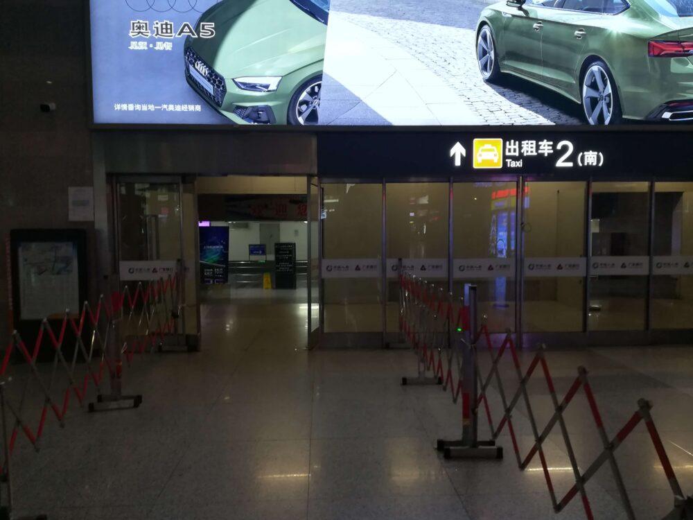 タクシー乗り場の入口の様子の写真