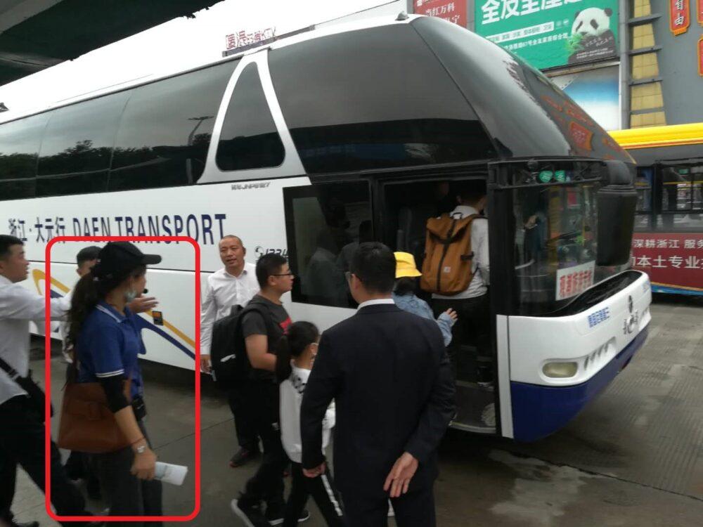 塩官観潮公園行きのシャトルバスに乗り込むときの様子の写真