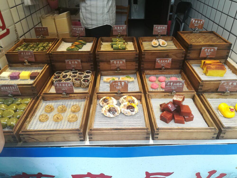平江歴史街区の阿祥点心で商品が陳列されている写真