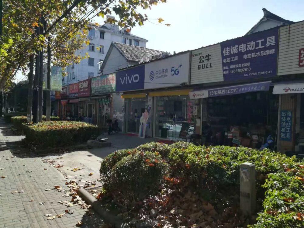 新秦公路牌楼东路駅の様子の写真