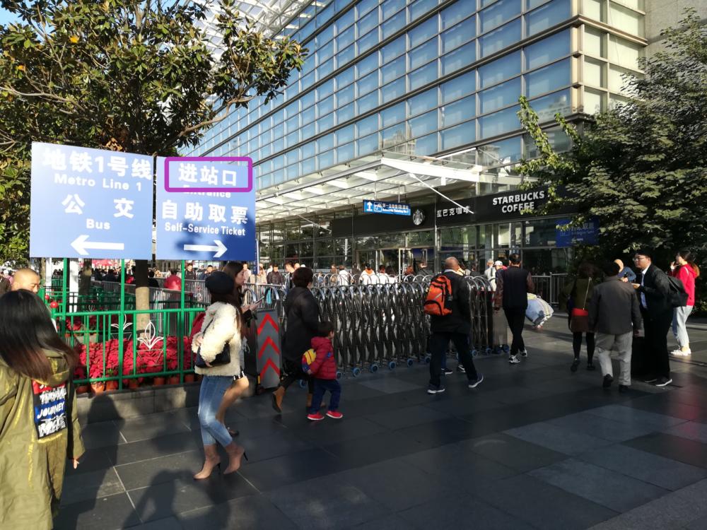 搭乗口(铁路上海站)に向かう途中の案内掲示板を撮影した写真