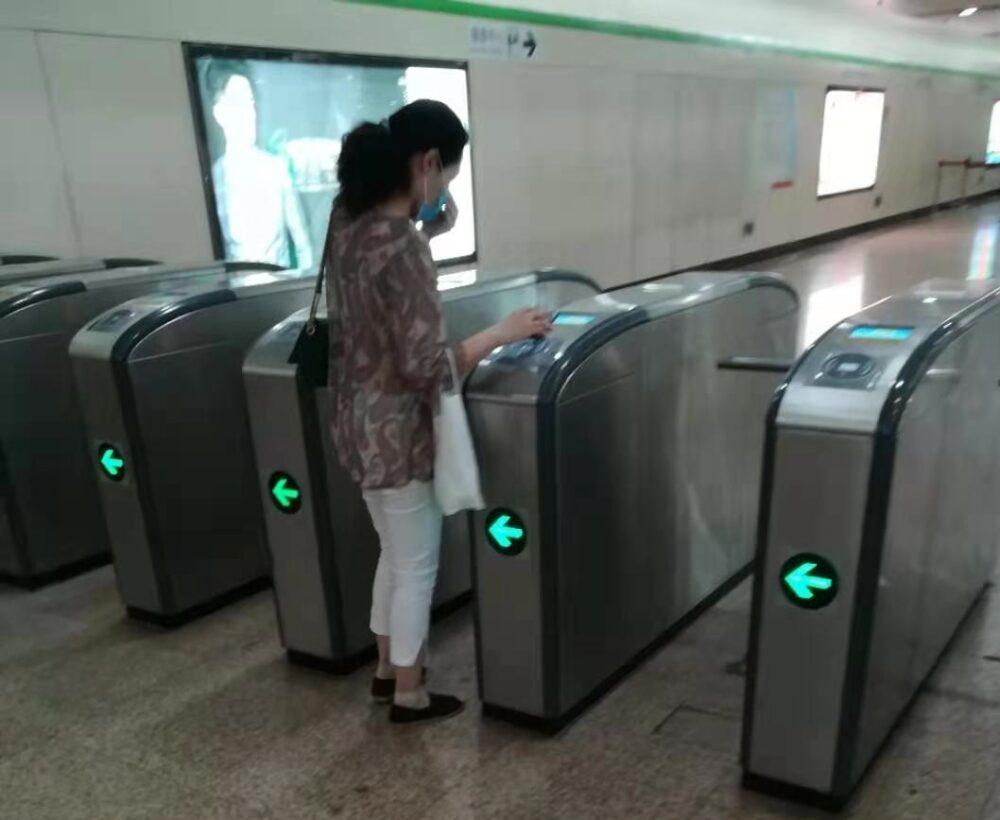 地下鉄で電子決済を利用しているところ写真
