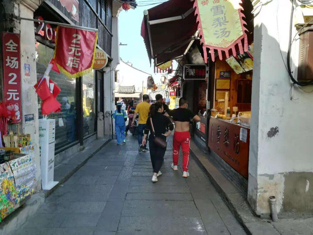 街中でお腹を出している中国人の写真