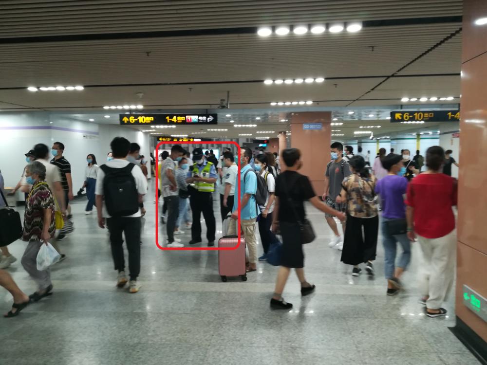 上海地下鉄の構内で身分証明書の確認をしている様子の写真