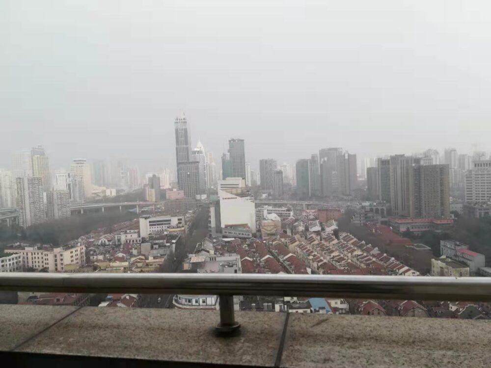 PM2.5の影響で視界が悪い様子の写真