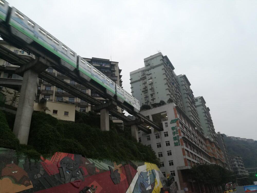重慶でマンションの中をモノレールが走る様子の写真