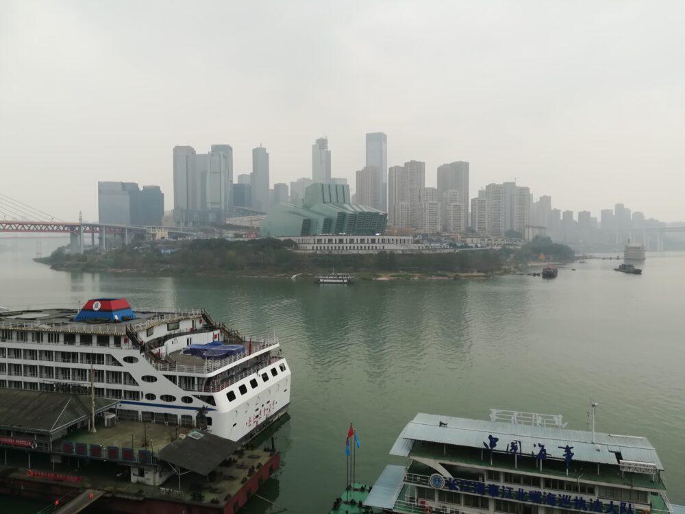 重慶市内が霧に覆われている様子の写真