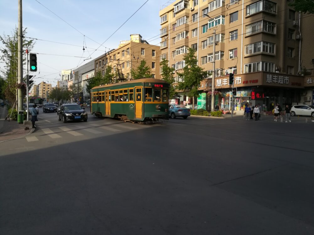 市内を走る路面電車の写真