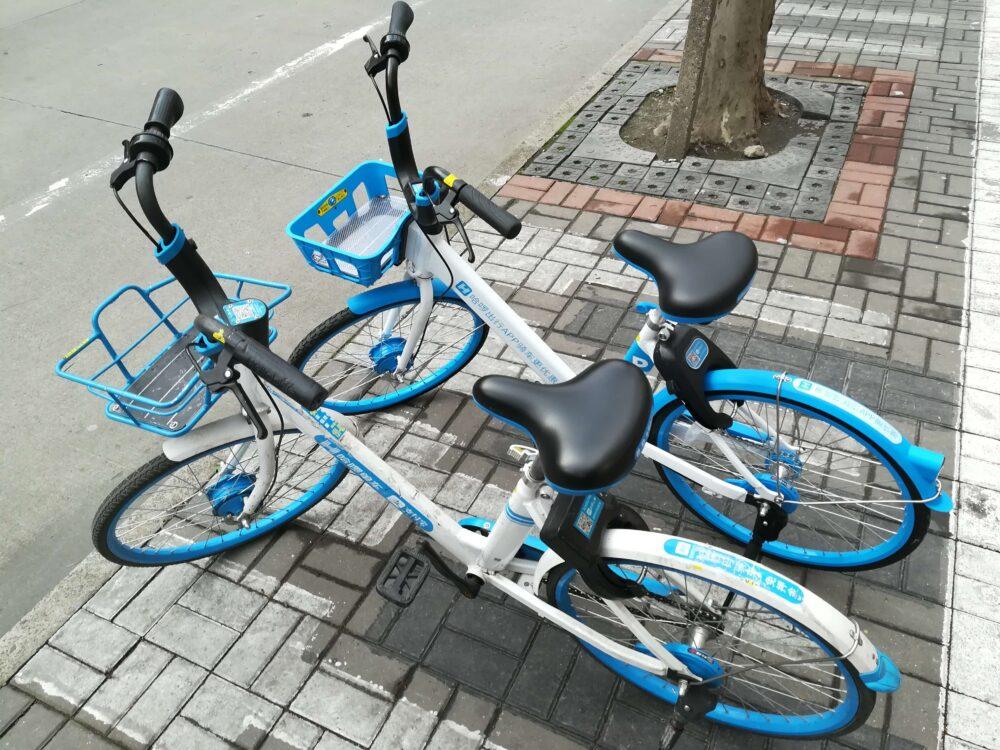 中国のシェアサイクルの自転車にQRコードが設置されている写真