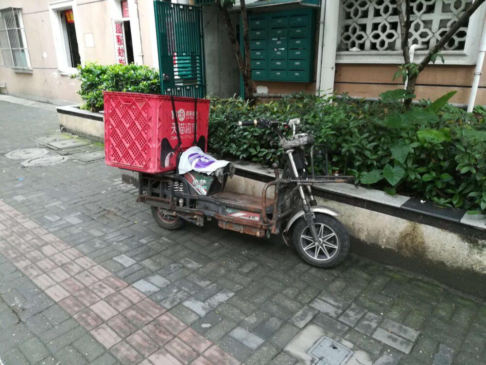 中国のバイク便の様子の写真