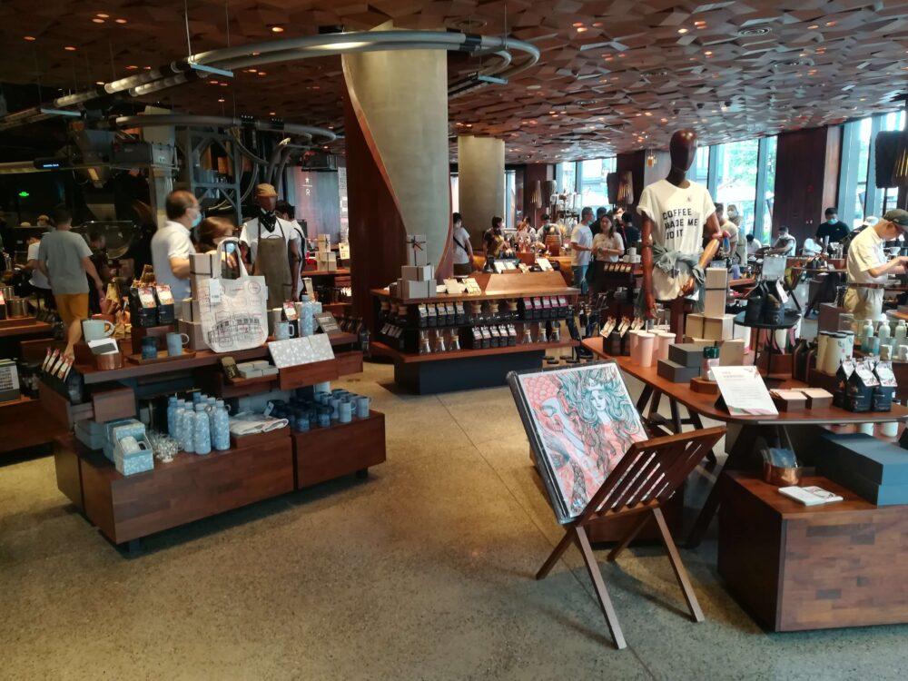 スターバックス(スターバックス ・リザーブ・ロースタリー・ シャンハイ)のお土産売り場の様子の写真