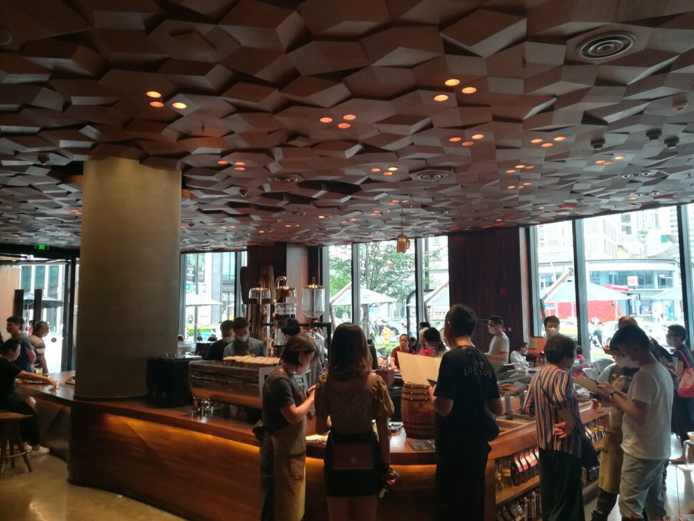 スターバックス(スターバックス ・リザーブ・ロースタリー・ シャンハイ)でコーヒーを注文している様子の写真