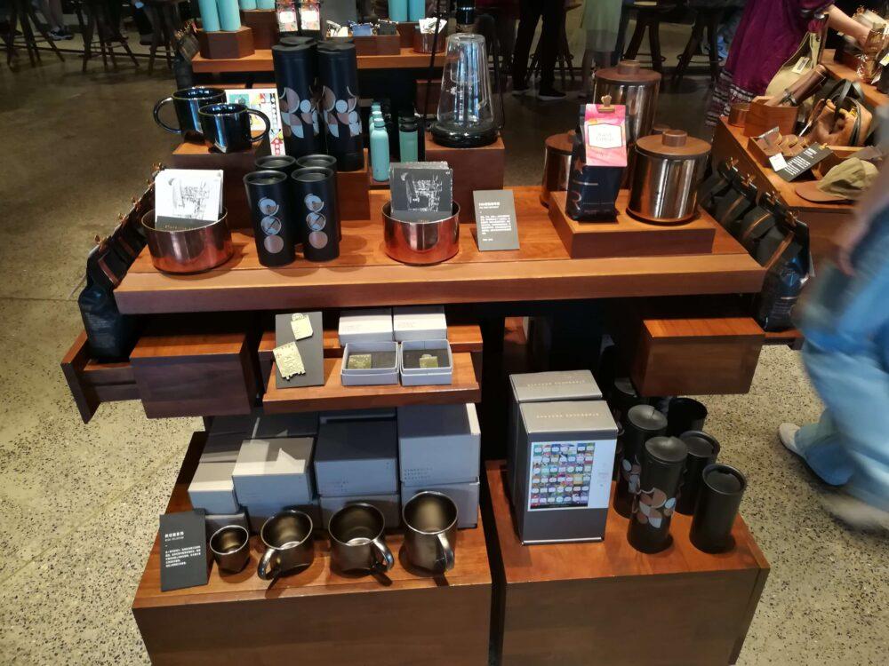 スターバックス(スターバックス ・リザーブ・ロースタリー・ シャンハイ)のお土産売り場に陳列されたタンブラーやマグカップの写真