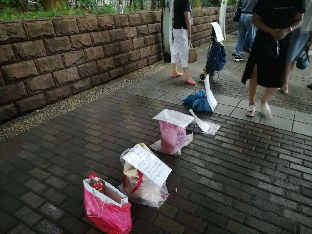 上海の人民公園で求婚活動している様子の写真①