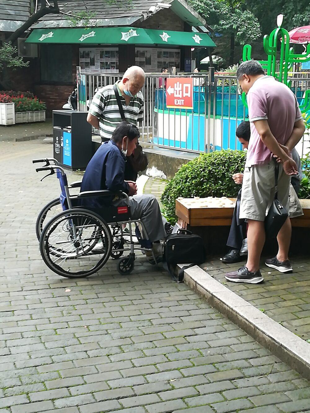 人民公園で象棋をしている現地の人の様子の写真