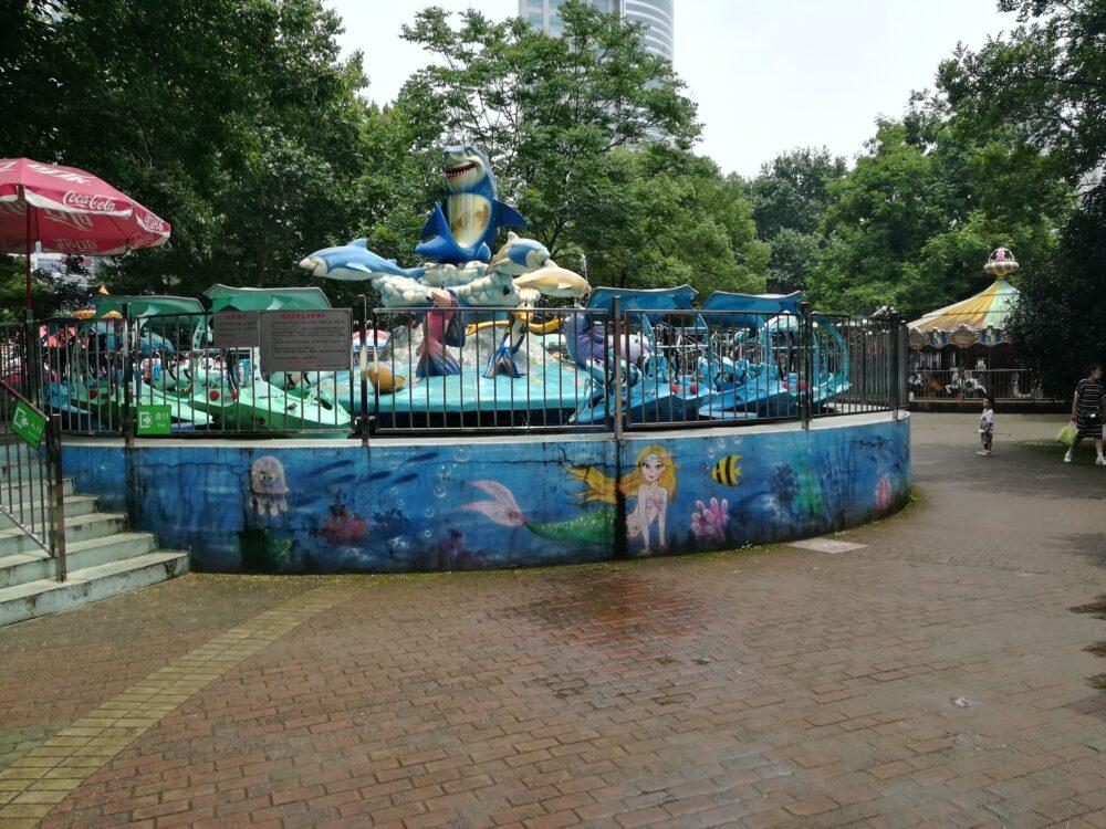 人民公園内での遊園地の様子の写真