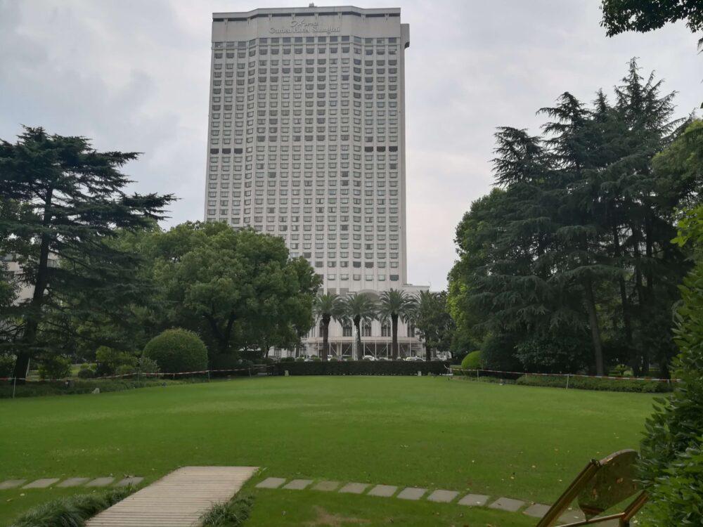 日系ホテルの外観の写真