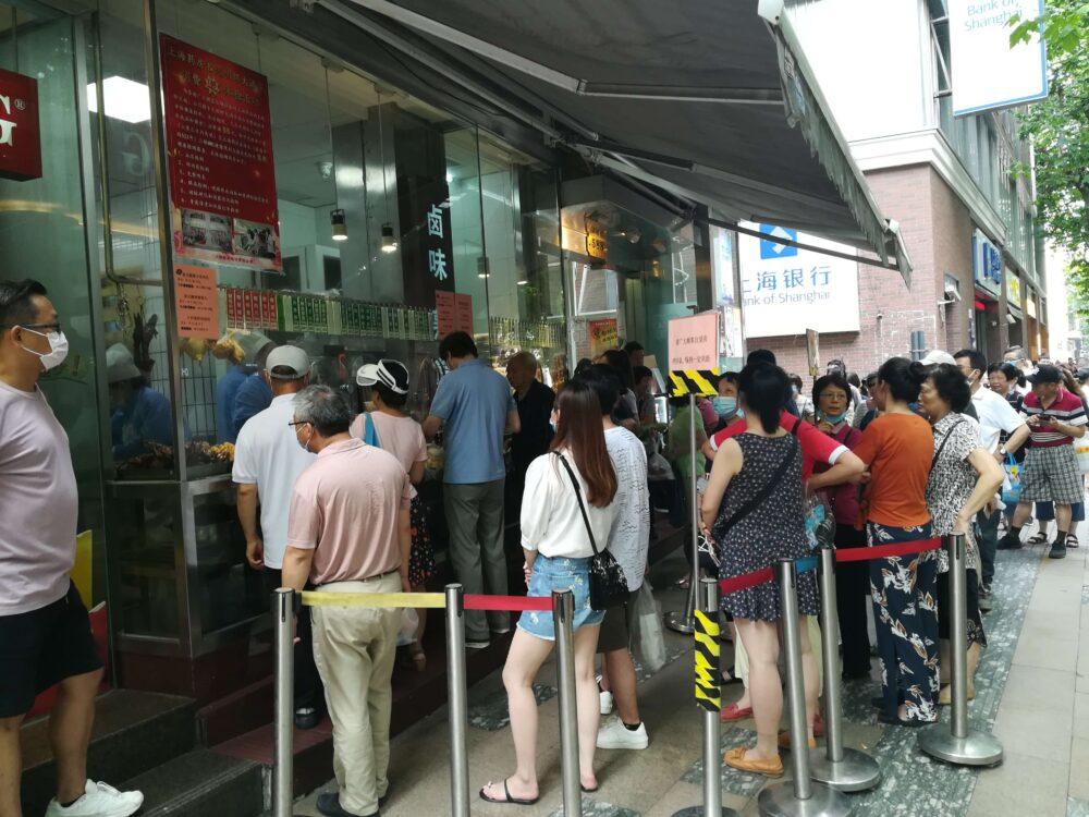 光明邨大酒家の入店待ちの行列の様子の写真