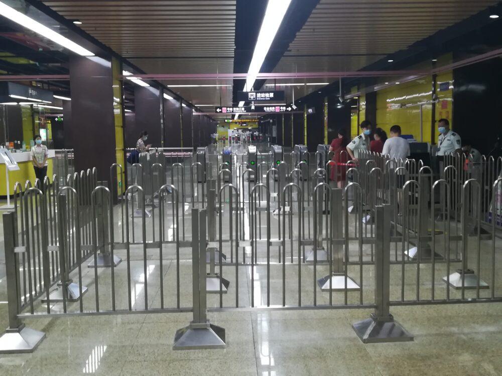 南京西路駅の13号線の改札口の様子の写真