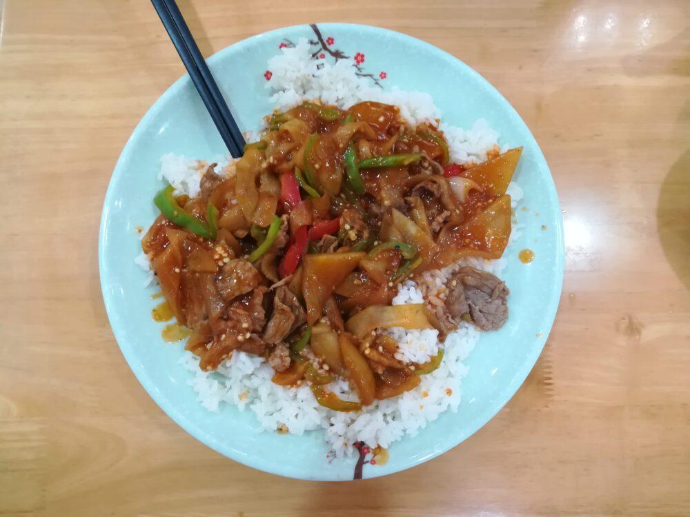 上海のローカルランチ 红烧牛肉盖浇饭20元(約320円)の写真