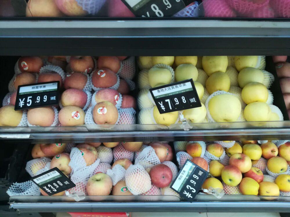 上海スーパー リンゴ3.9元~7.98元(約60円~130円の写真