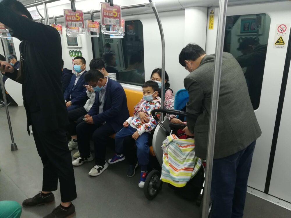 中国で世代を超えて子育てをする様子の写真