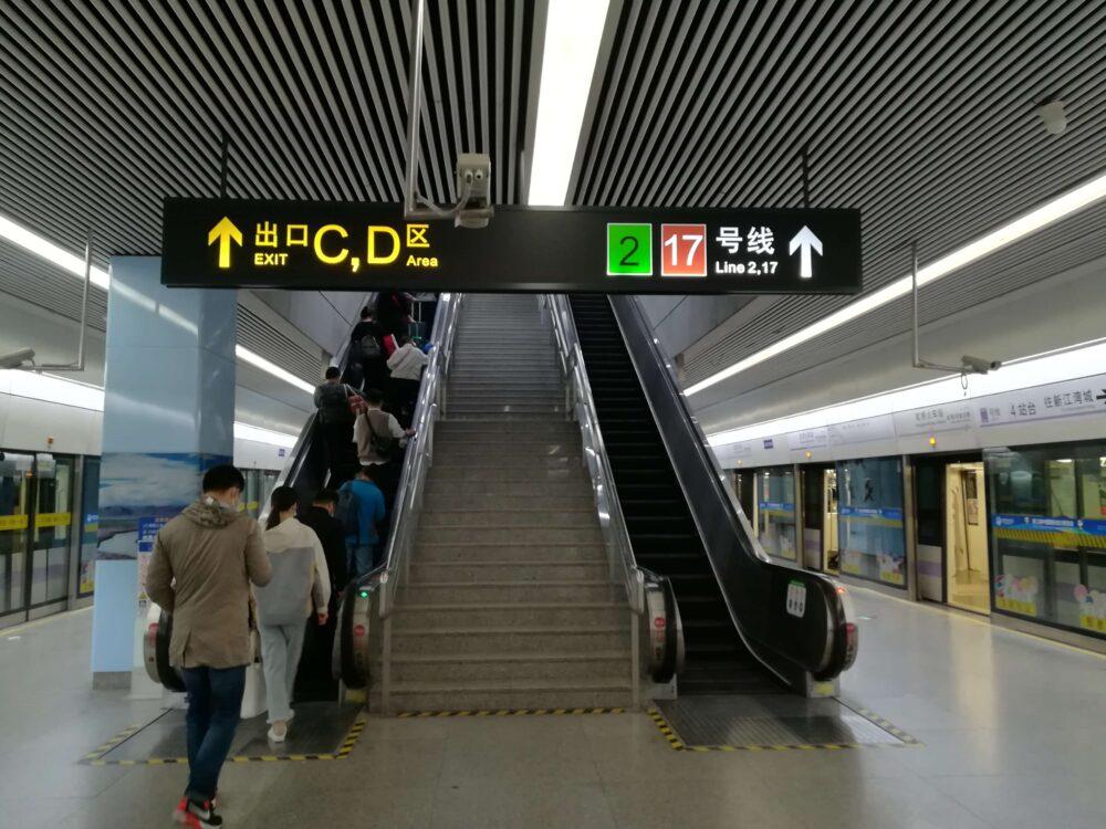 虹桥火车站(虹橋高速鉄道駅)で17号線に乗換えているときの様子の写真①