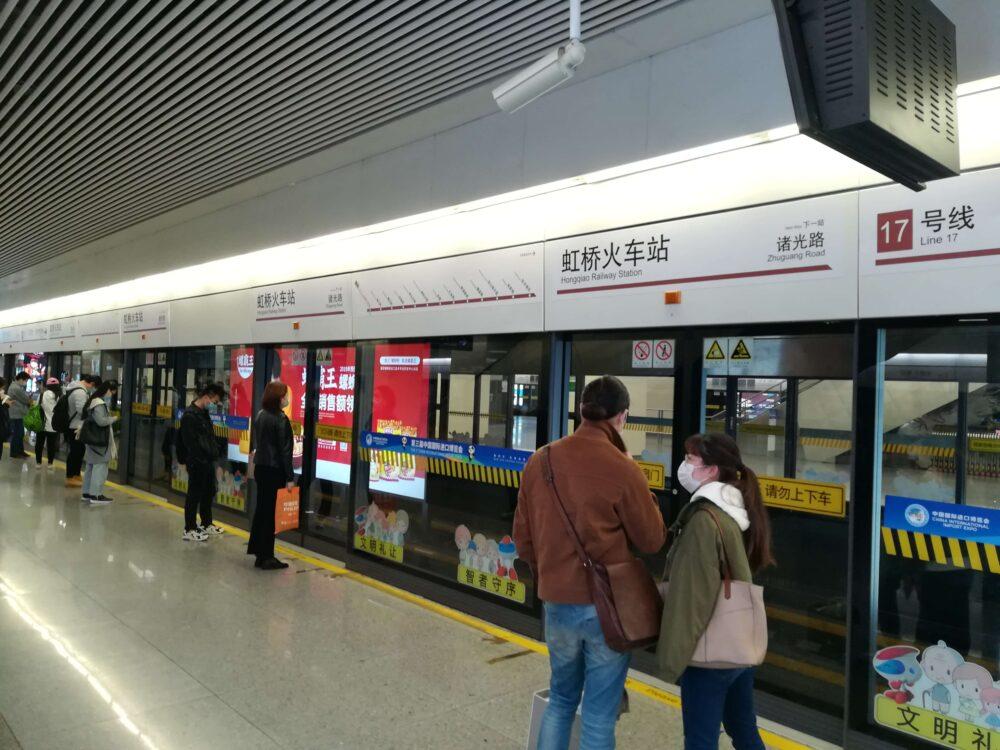 上海地下鉄17番線の乗り場の様子の写真