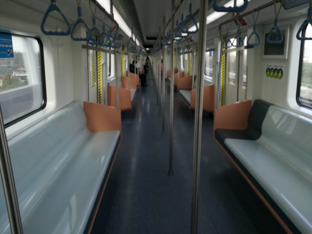 上海地下鉄17号線の車内がガラガラの様子の写真