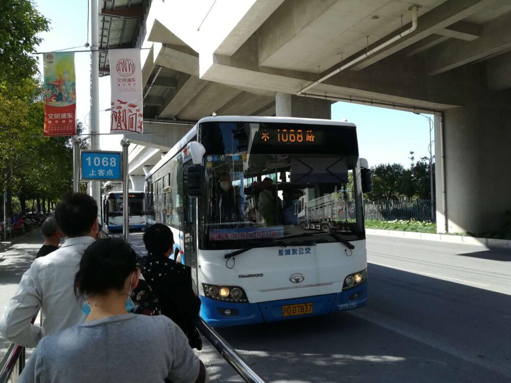 新場古鎮行きの1068番のバスが到着した時の様子の写真
