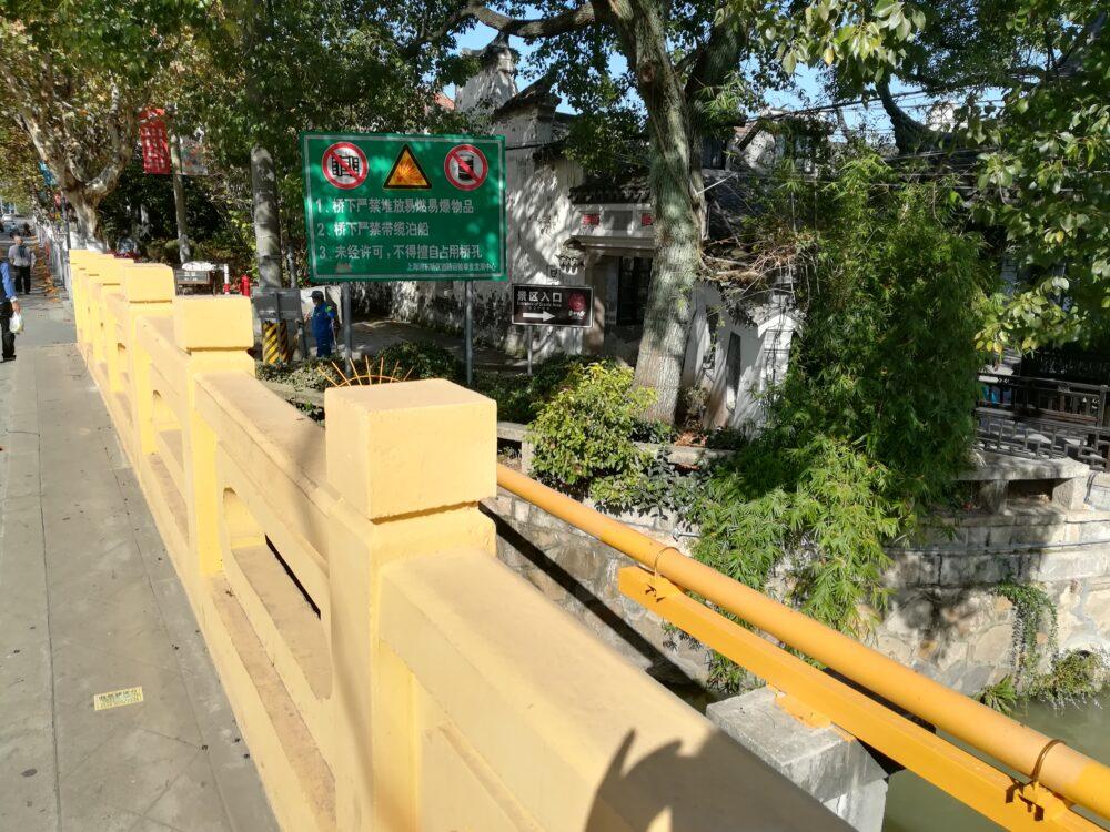 新場古鎮の入口の周辺の様子の写真