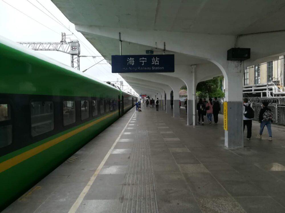 高速鉄道の海寧駅の様子の写真