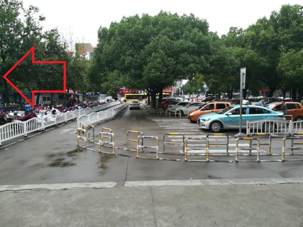 海寧駅前のターミナルの様子の写真